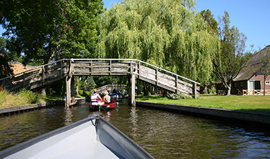 Met 30% korting een fluisterboot huren in Giethoorn