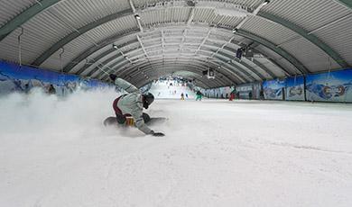 Schnitzelmenu + skipas bij SnowWorld